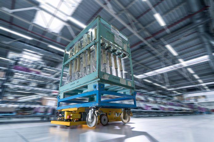 Autonome Transportroboter teilen sich den Fahrweg mit Menschen und anderen Fahrzeugen