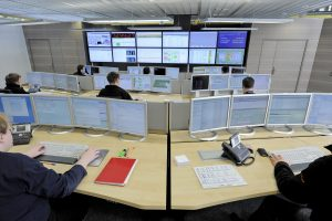 DER IT-LEITSTAND mit Dutzenden von Bildschirmen dient zur Überwachung und Steuerung aller IT-Systeme des Flughafens. Foto: Flughafen München