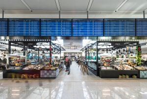 DER MARKTPLATZ im neuen Terminal ist eine Hommage an den Münchner Viktualienmarkt und dem Original in der Innenstadt nachempfunden. Foto: Flughafen München