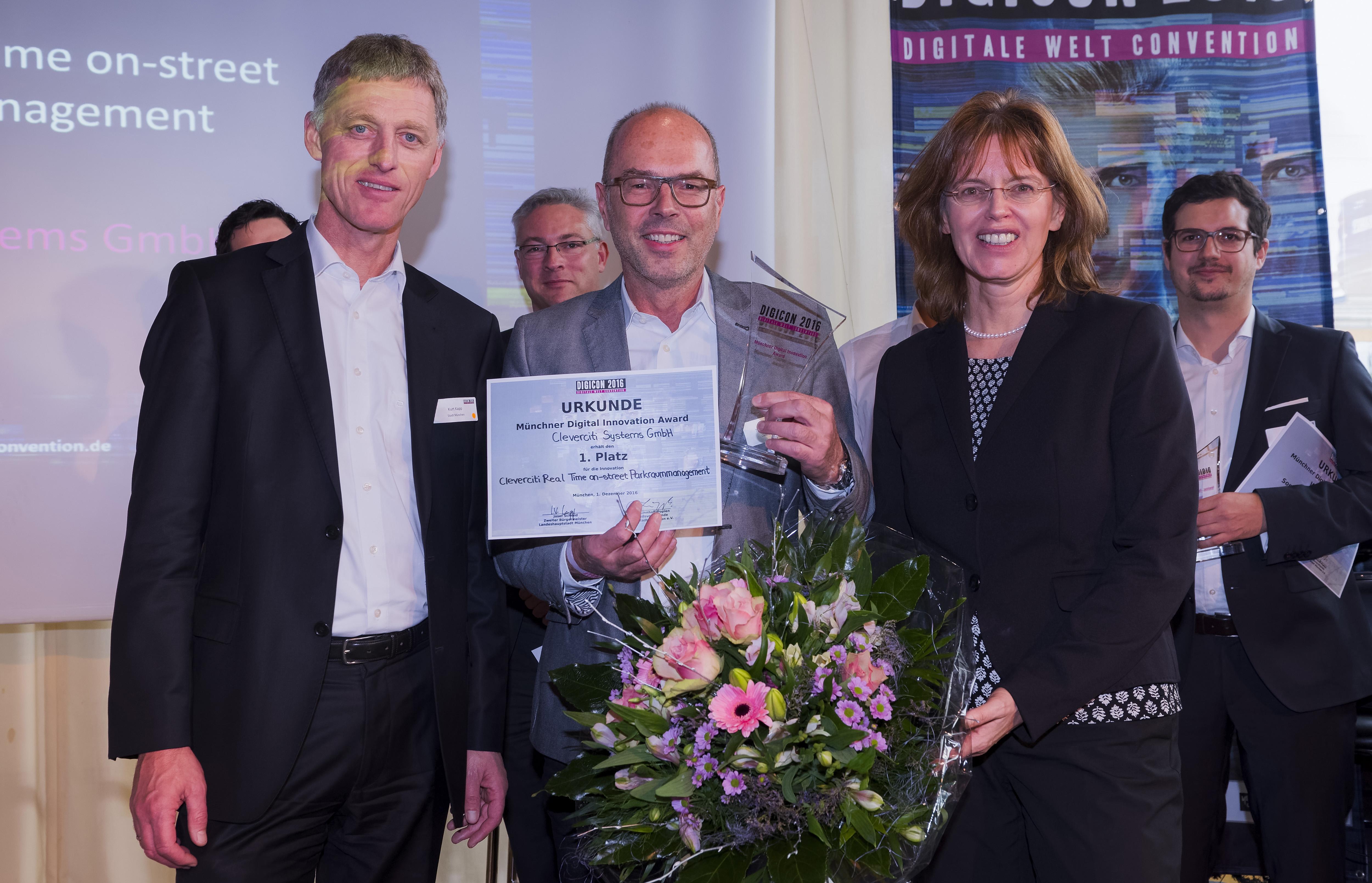 Der Müncher Digital Innovation Award 2016 wurde vom Leiter der Wirtschaftsförderung des Referats für Arbeit der Stadt München, Kurt Kapp, an den Gewinner Cleverciti Systems GmbH überreicht. Die Managementlösung cleveres Parken überzeugte sowohl das Publikum als auch die Jury.