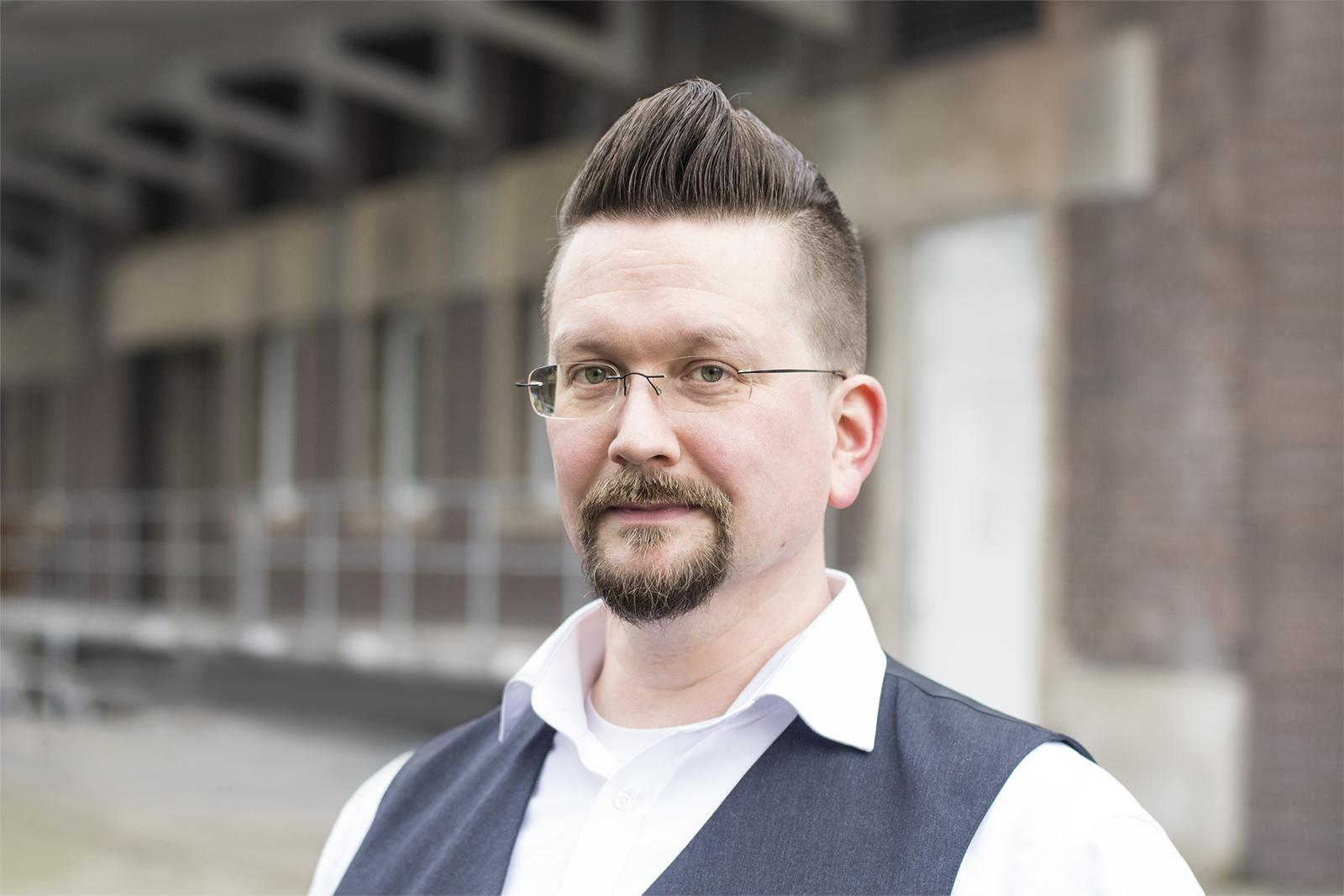 Tim Berghoff, der Autor des Artikels über IT-Sicherheit für Technologieanbieter.