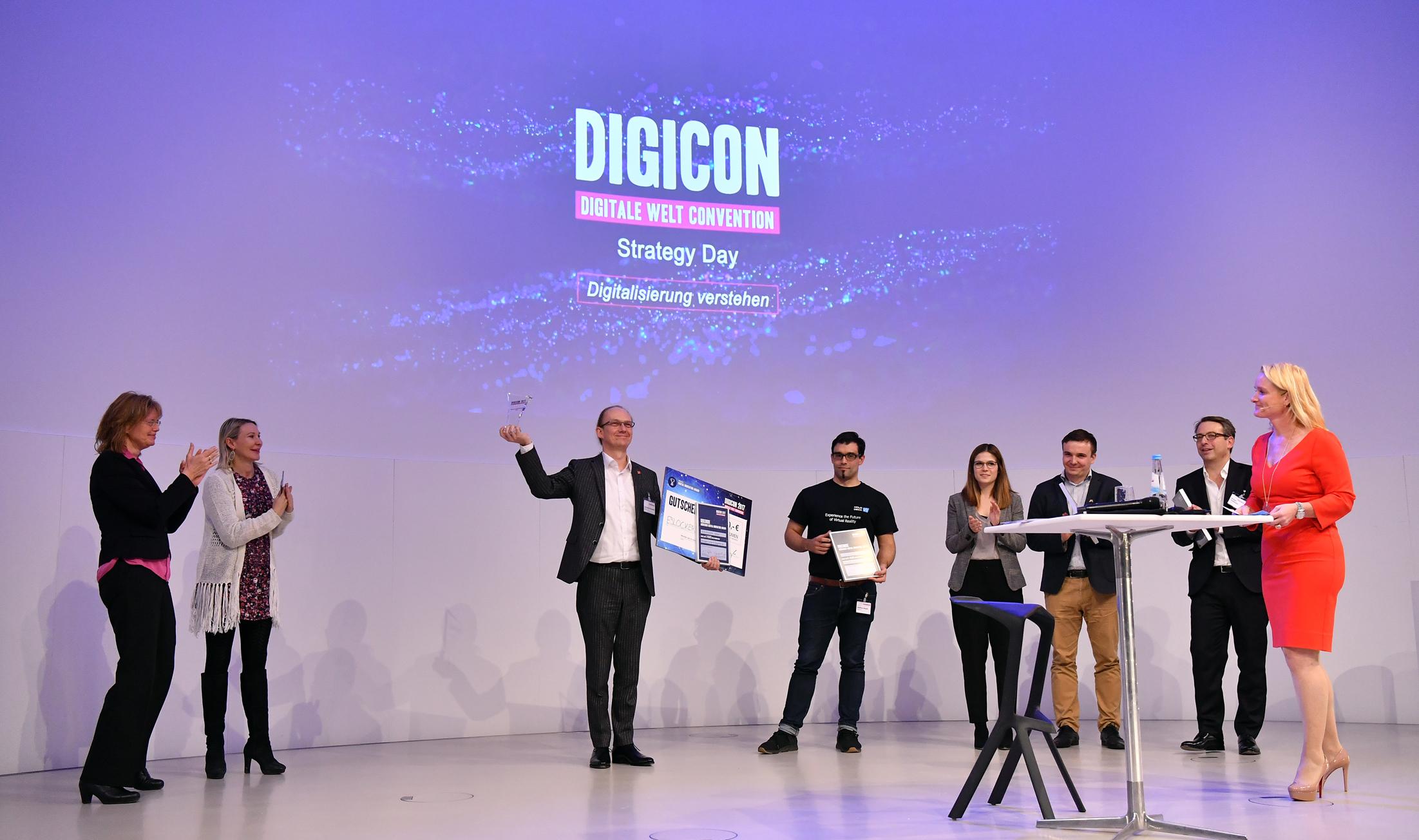 Übergabe des 2. Münchner Digital Innovation Awards 2017 an Herrn Christian Bennefeld der eBlocker GmbH durch die Vorsitzende der Digitalen Stadt München e.V. (links), Professor Dr. Claudia Linnhoff-Popien.