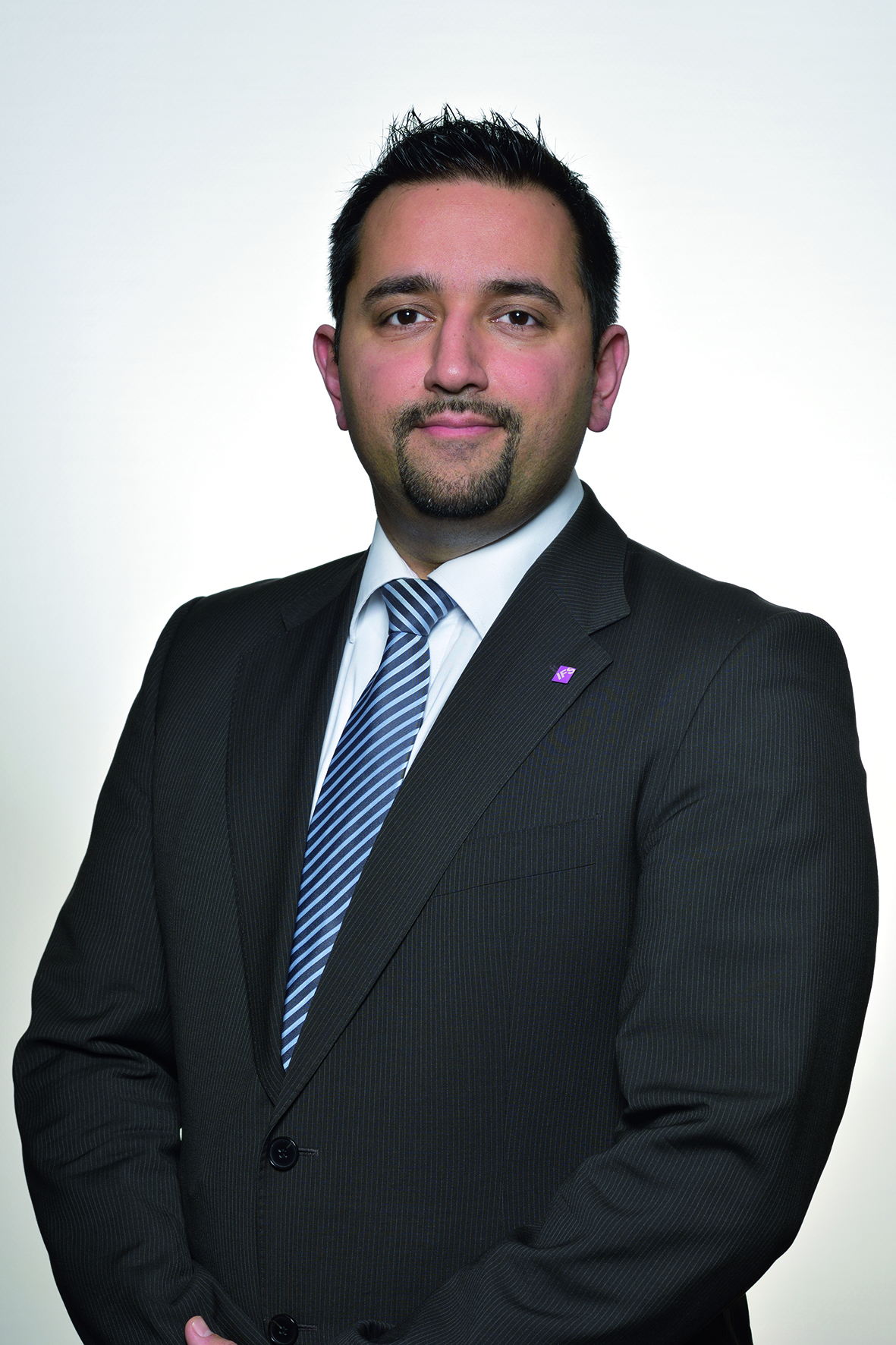 Ata Abdavi Azar, Autor des Artikels, wie man mit dem Register Blockchain ein Asset Management machen kann.